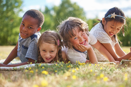 Děti baví v přírodě a usměvavý
