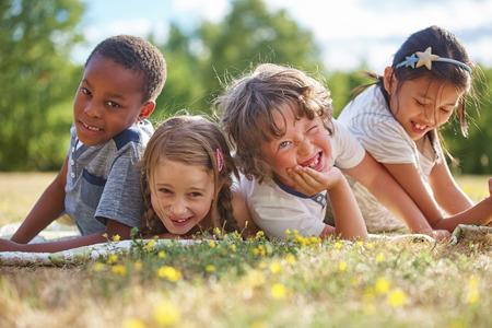 animados: Niños que se divierten en la naturaleza y que sonríen