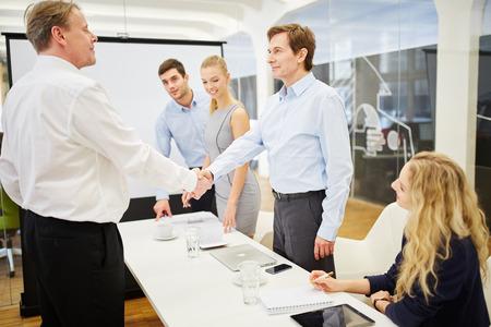 cerrando negocio: Los gestores de cerrar un contrato de acuerdo de negocios y se dan la mano Foto de archivo