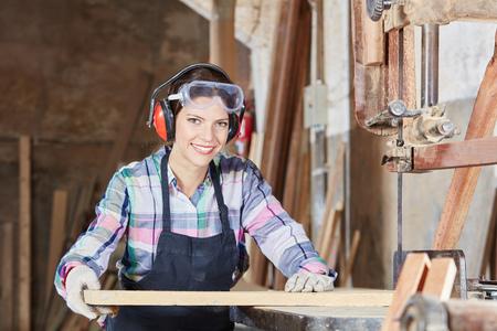 carpintero: La mujer como carpintero durante la lección de aprendizaje