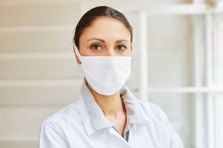 higiene: MTA con la máscara quirúrgica como la higiene médica Foto de archivo