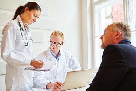 Les médecins et les patients parlent de la thérapie Banque d'images - 66986912
