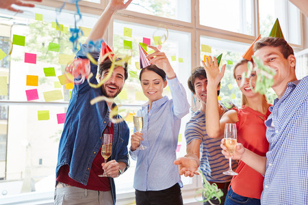 Studenten von Start-up-Party in carinval Feier als Team