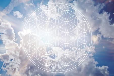 Fleur de la vie dans le ciel comme signe holistique de reiki