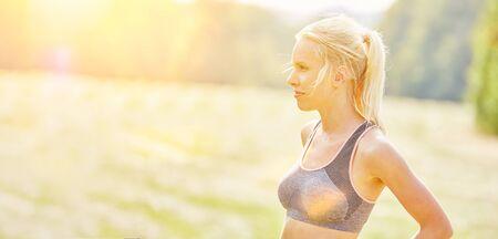 personas corriendo: atleta mujer joven en verano en la naturaleza en la ropa para correr
