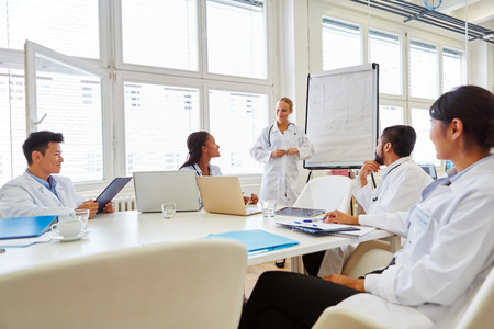 Doctors in flipchart presentation at medical training seminar  Banque d'images