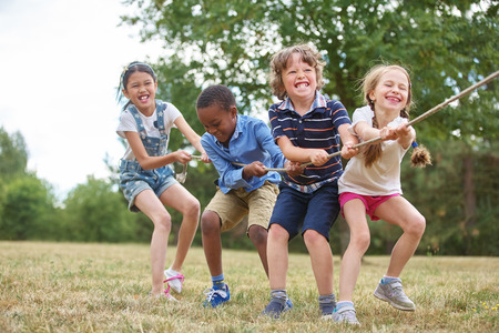 Interraciale groep kinderen spelen in het park