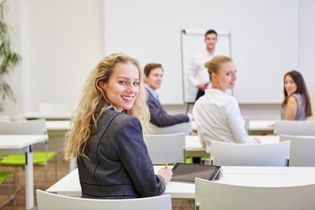 Zakenmensen als publiek in een business seminar voor training