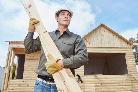 housebuilding: Handyman building vacation woodhouse as DIY project Stock Photo