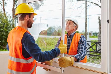 Modernisering en montage van een nieuw venster voor houtwerk