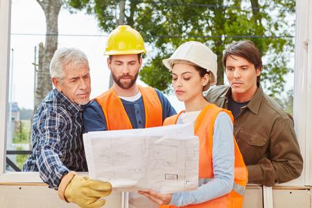 Im Hochbau Team plant neues Haus mit Grundriss