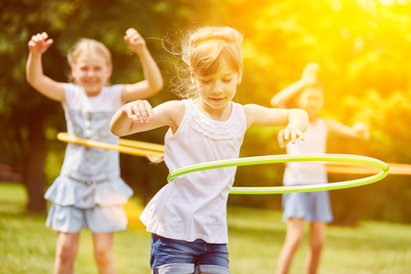 Gelukkige interracial groep van kinderen die in de zomer spelen Stockfoto
