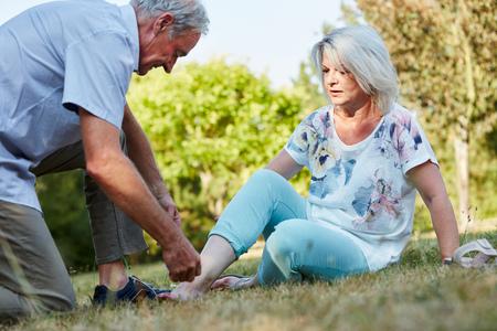 늙은이는 성기에 발목 염좌가있는 여성을 돕습니다.