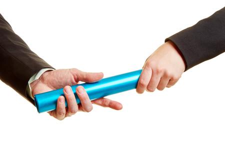 Handen met knuppel als concurrentieconcept tussen twee bedrijfsmensen Stockfoto