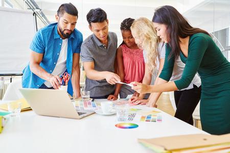 Kreativer Workshop beim jungen Start-up mit kooperativem Business-Team