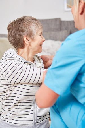 Senior mujer en sesión de fisioterapia con la enfermera de rehabilitación Foto de archivo