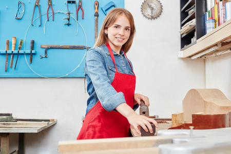 Young woman as apprentice in woodworking Banque d'images