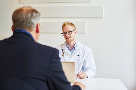 Medical specialist in office with patient talking and giving advice Banque d'images