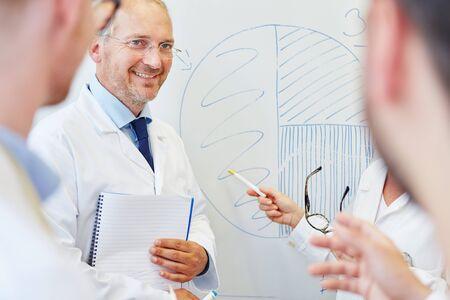 Doctors presentation about medicine analyzing graph Banque d'images