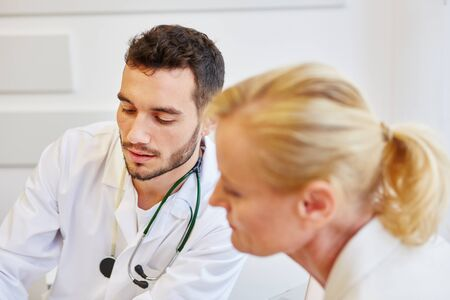 Competent doctor with patient listening in consultation and advicing about therapy  Banque d'images