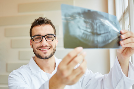Radiologist holding x-ray image of denture Banque d'images