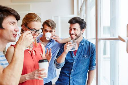 Gruppe von Studenten , die eine Kaffeepause für Entspannung nehmen