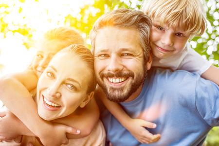 Los niños se llevan a cuestas de los padres y se divierten como familia