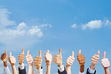 Vele handen die duimen tegenhouden als motivatie op het werk concept