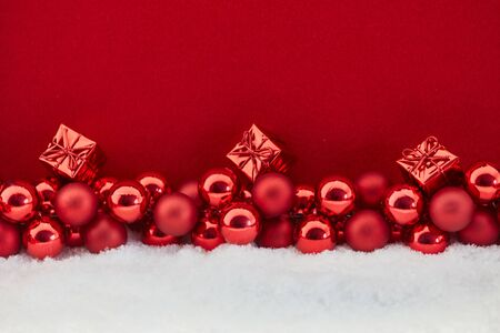 Small christmas gifts with red background and snow Banque d'images