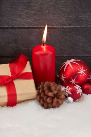 Christmas with red candle and decoration on white snow Banque d'images