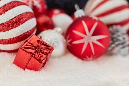 Red gift or present with christmas bauble decoration as background Banque d'images
