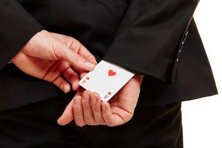 Hand von einem Geschäftsmann zieht einen Ass aus einem Ärmel Standard-Bild - 91330387