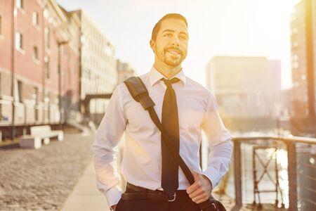 Homme d'affaires décontracté sur le chemin du retour des sourires détendus