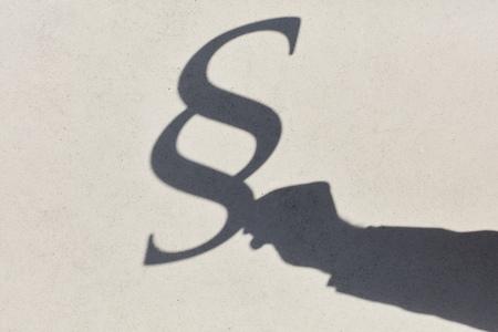 Silhouet van paragraaf en hand als een teken van recht en orde Stockfoto