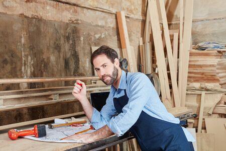 Craftsman working on floorplan at workshop Banque d'images