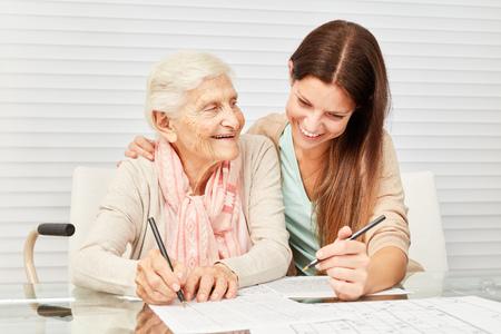 Meisjes als zorgzame kleinzoon en senior lossen samen puzzels op in een rusthuis
