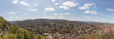 Stadt von Wernigerode in einem Panorama mit Blick auf den Berg Brocken im Harz Standard-Bild - 95442790