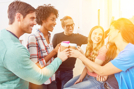 Junges Start-up-Coworking-Team ist erfolgreich und startet mit Kaffee