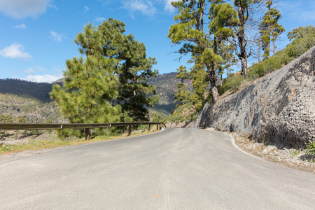 Street with guardrail at mountain landscape in Gran Canaria Banque d'images