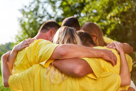 Young people hug each other in a teambuilding exercise outdoors in nature Stockfoto - 102243255