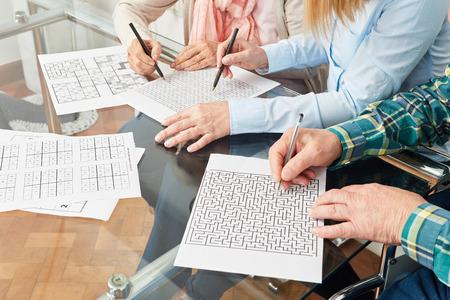 Les seniors font de la mémoire avec un labyrinthe contre la maladie de démence Banque d'images