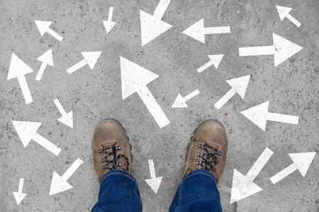 Viele Pfeile auf einem Weg als Strategie- und Entscheidungskonzept