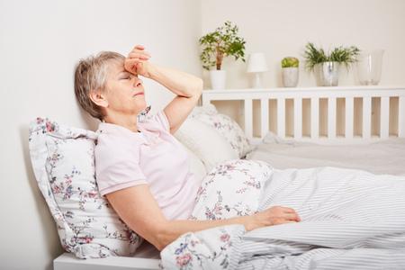 Femme aînée, à, maladie, mensonge, lit, à, maux tête