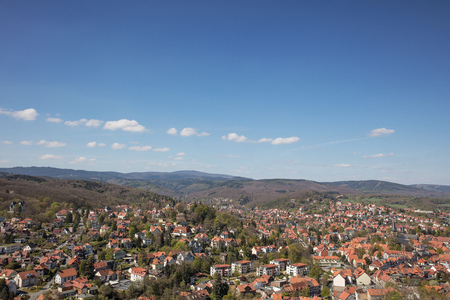 City of Wernigerode in Saxony-Anhalt with a view of the mountain Brocken Standard-Bild - 106385444