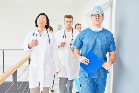 Surgery team of intensive care unit walking on hospital hallway Stockfoto