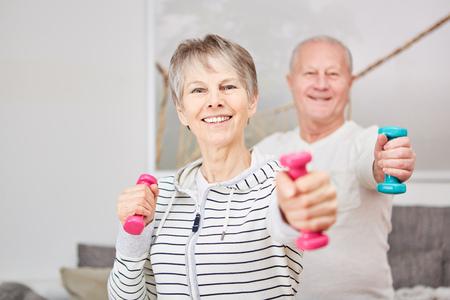 Fitness de entrenamiento con pesas para personas mayores activas en casa