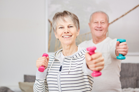 Weight training fitness for active seniors at home Banque d'images - 113699114