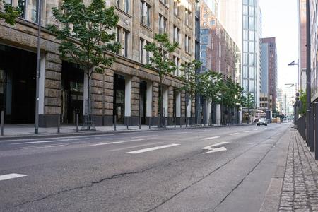 Leere Fahrbahn auf der Straße in der Stadt in einer deutschen Großstadt Standard-Bild