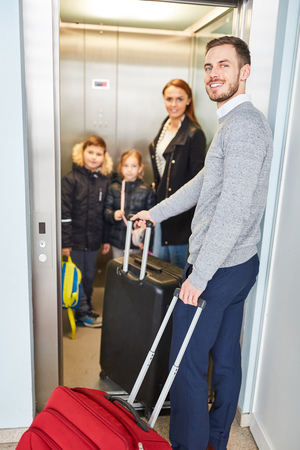 Family and children in the elevator in the airport when changing to a connecting flight 版權商用圖片