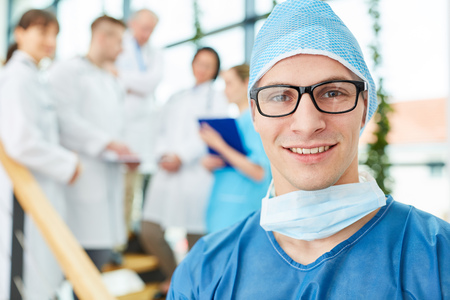 Young physician as surgeon of intensive Care team of doctors Imagens